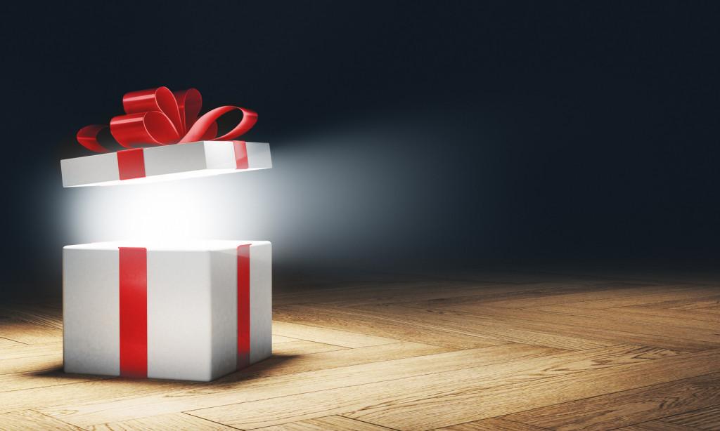 Pacchetto regalo aperto scartato sorpresa